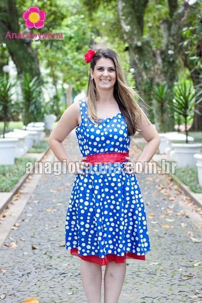 Vestido de poá azul e branco