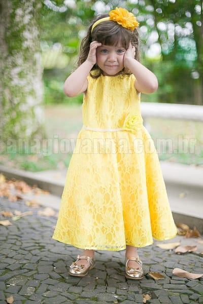 vestido infantil de renda amarelo